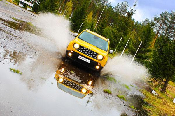 Jeep Renegade вперед по луже